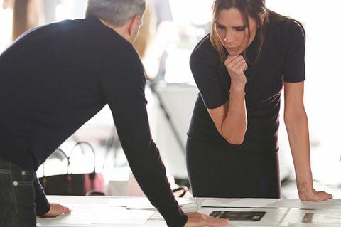 Conversation, Job, White-collar worker, Collaboration, Employment, Desk, Office equipment, Management,