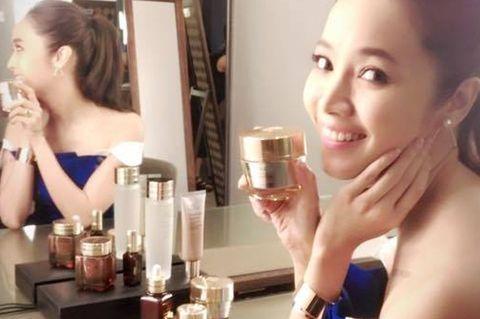 Finger, Product, Hairstyle, Skin, Eyebrow, Hand, Beauty, Eyelash, Wrist, Drinkware,
