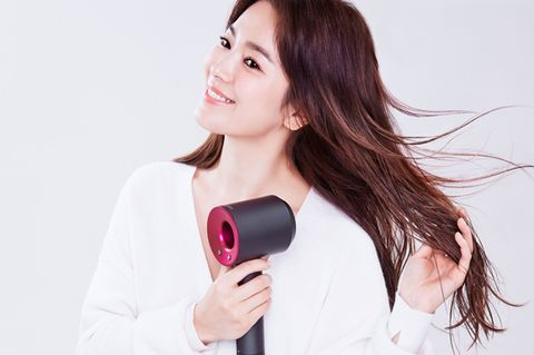Lip, Hairstyle, Skin, Sleeve, Forehead, Electronic device, Facial expression, Magenta, Beauty, Carmine,