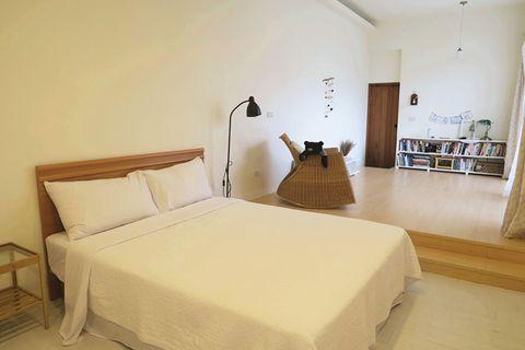 Wood, Bed, Room, Lighting, Interior design, Floor, Property, Textile, Bedding, Furniture,