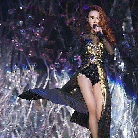 Microphone, Entertainment, Performing arts, Music artist, Thigh, Performance, Singing, Artist, Singer, Pop music,