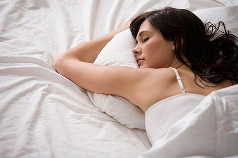 Comfort, Shoulder, Elbow, Linens, Bedding, Eyelash, Beauty, Neck, Black hair, Youth,