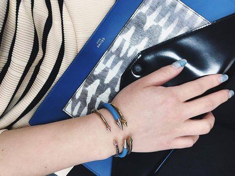 Finger, Wrist, Jewellery, Nail, Pattern, Mobile phone, Electric blue, Body jewelry, Bracelet, Portable communications device,