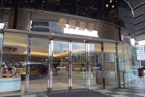 Glass, Commercial building, Mixed-use, Electricity, Transparent material, Aluminium,