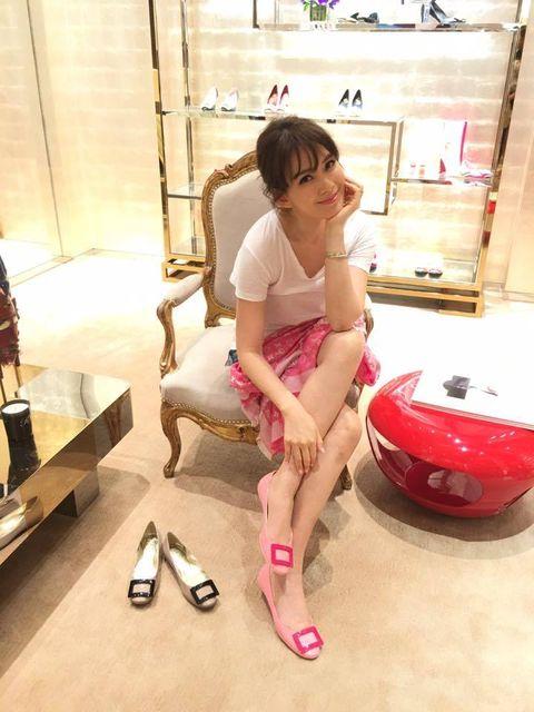 Pink, Floor, Flooring, Baby & toddler clothing, Foot, Sandal, Flip-flops, Slipper, Ankle,