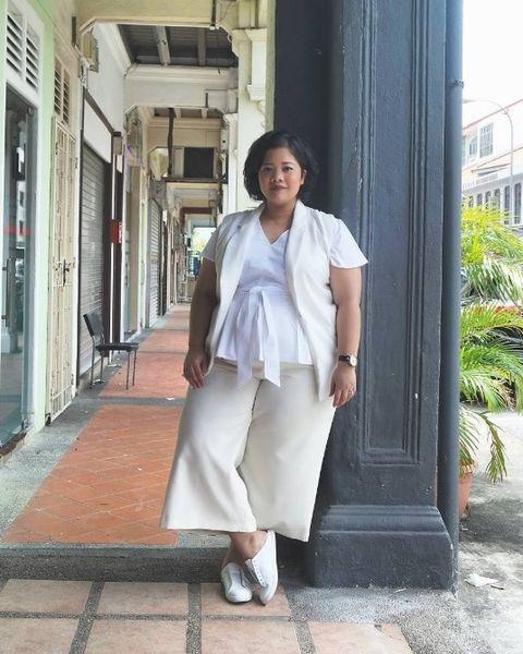 Sleeve, Shoulder, Joint, Standing, Style, Street fashion, Door, Beige, Snapshot, Bag,