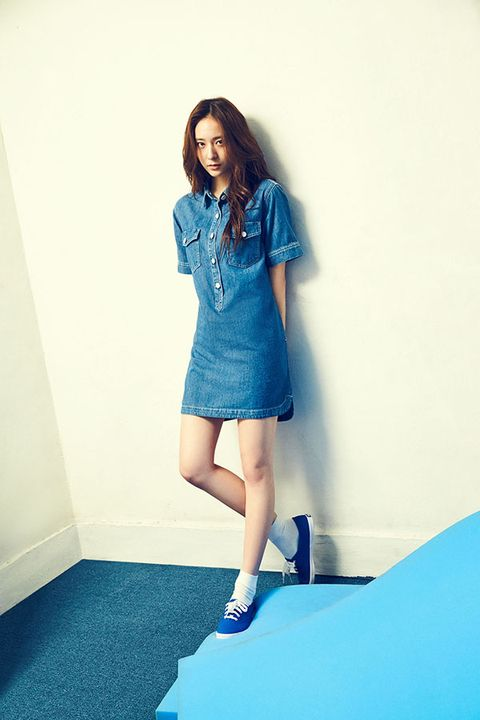 Blue, Sleeve, Human leg, Shoulder, Shoe, Joint, Style, Elbow, Aqua, Electric blue,