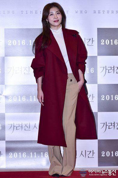 Sleeve, Collar, Red, Formal wear, Coat, Style, Blazer, Fashion model, Fashion, Maroon,