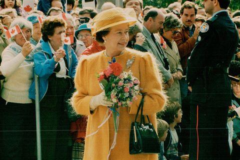 英國女王多次出席活動搭配launer london包款