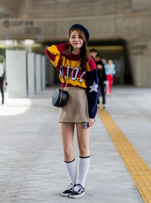 Sleeve, Human leg, Standing, Style, Street fashion, Knee, Shorts, Thigh, Fashion, Youth,