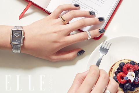 Finger, Photograph, Nail, Dishware, Fashion accessory, Wrist, Plate, Fashion, Metal, Fruit,