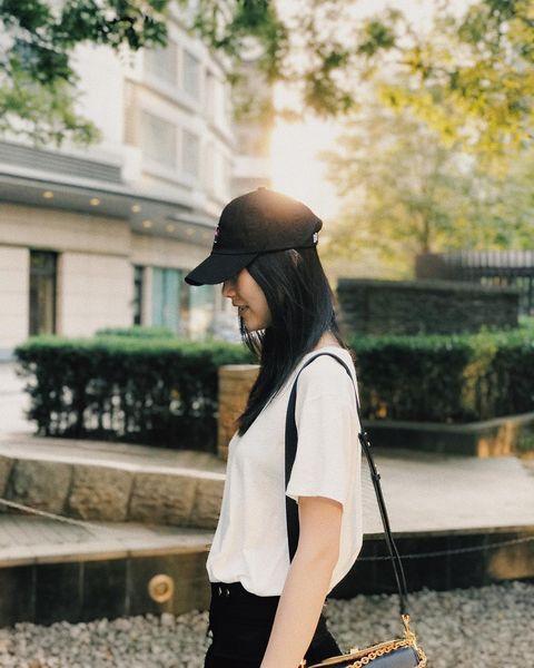 Human body, Cap, Bag, Street fashion, Fashion accessory, Headgear, Luggage and bags, Waist, Long hair, Back,