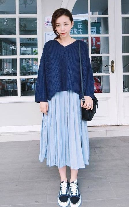 Clothing, Blue, Sleeve, Shoulder, Textile, Joint, Style, Street fashion, Pattern, Knee,