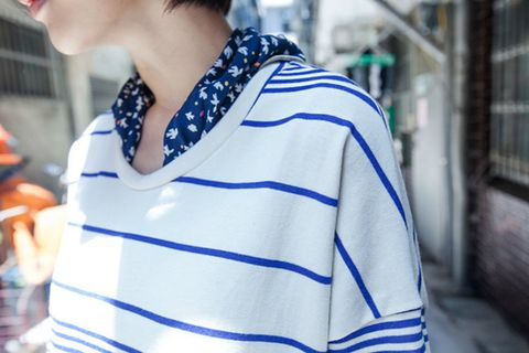 Blue, Sleeve, Collar, Street fashion, Fashion, Electric blue, Neck, Cobalt blue, Sweatshirt, Sweater,