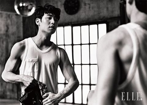 Shoulder, Sleeveless shirt, Single-lens reflex camera, Style, Elbow, Chest, Camera, Muscle, Wrist, Digital SLR,
