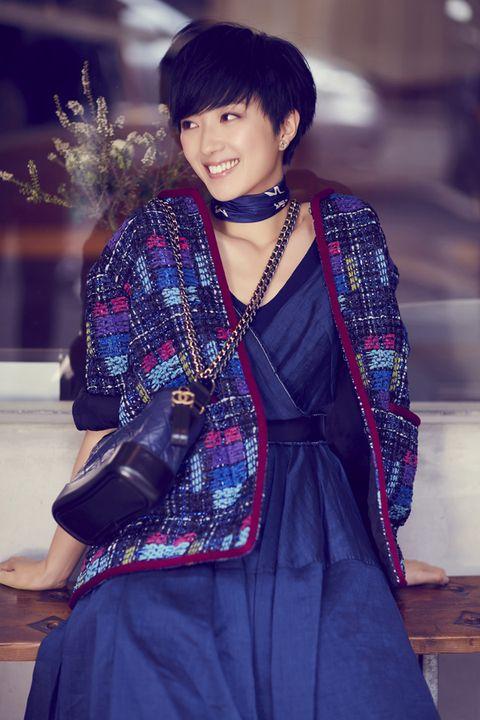 Textile, Facial expression, Bangs, Bag, Black hair, Fashion, Street fashion, Jewellery, Costume, Hime cut,