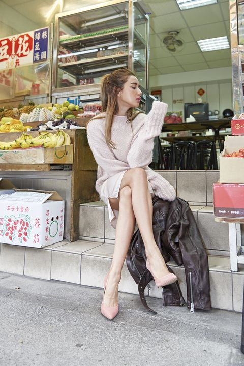 Sitting, Retail, Knee, High heels, Foot, Street fashion, Shelf, Service, Long hair, Basic pump,