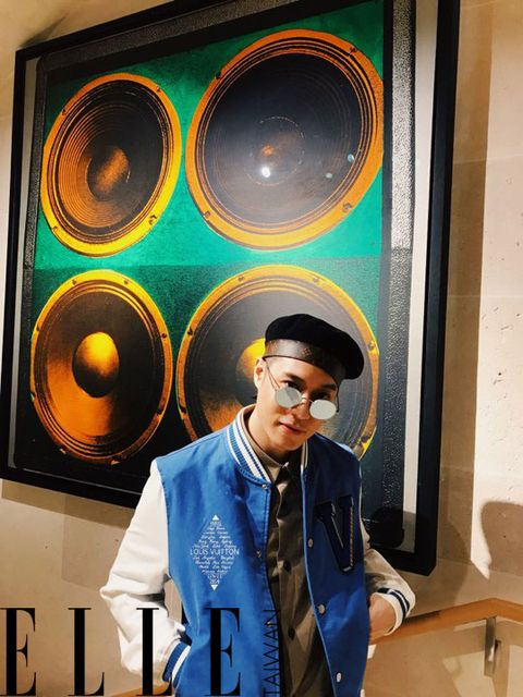 Audio equipment, Yellow, Cool, Eyewear, Technology, Headgear, Room, Hat, Art,