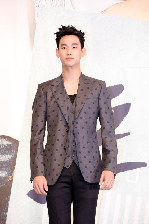 Dress shirt, Collar, Sleeve, Trousers, Shoulder, Textile, Standing, Joint, Outerwear, Coat,