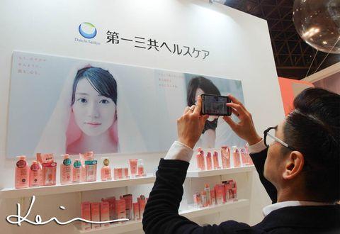 Hairstyle, Skin, Eyelash, Beauty, Nail, Mobile phone, Peach, Cosmetics, Cameras & optics, Camera,