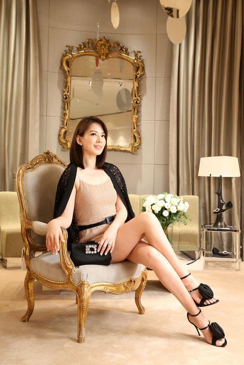 Human, Leg, Human body, Human leg, Shoulder, Sitting, Joint, Style, Knee, Beauty,