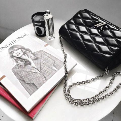 Fashion accessory, Silver, Design, Chain, Material property, Black-and-white, Jewellery,