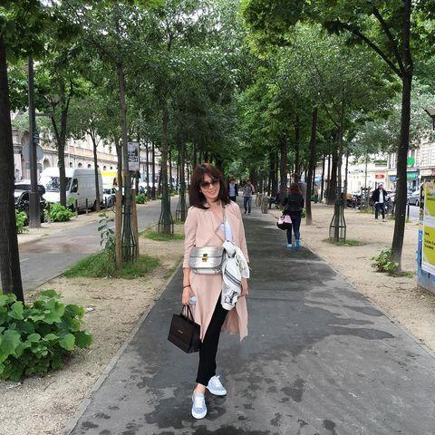 Clothing, Outerwear, Tree, Bag, Public space, Street fashion, Street, Sidewalk, Luggage and bags, Pedestrian,