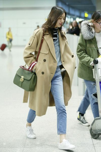 Clothing, Trench coat, Coat, Street fashion, Outerwear, Fashion, Snapshot, Overcoat, Footwear, Beige,