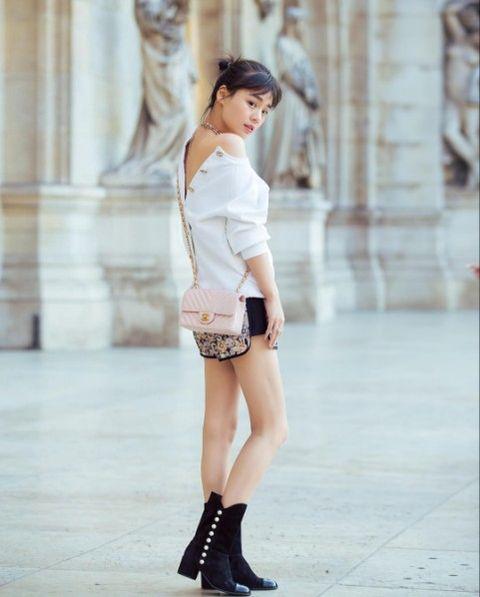 Clothing, Sleeve, Human leg, Shoulder, Joint, Fashion show, Waist, Style, Fashion model, Street fashion,