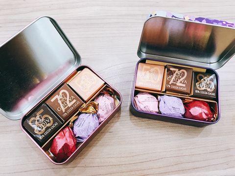 Box, Eye shadow, Eye, Rectangle, Material property, Fashion accessory, Metal, Cosmetics, Gloss,