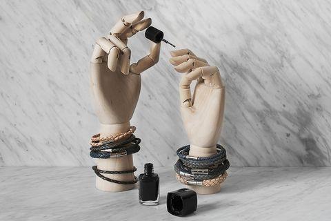 Finger, Wrist, Elbow, Bracelet, Toe, Nail, Camera, Body jewelry, Foot, Ankle,