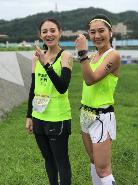 Smile, Happy, Waist, Sleeveless shirt, People in nature, Fashion accessory, Belt, Tights, Active pants, Active tank,