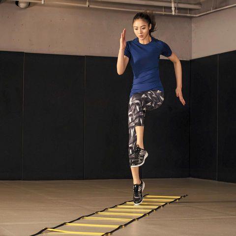 Human leg, Shoulder, Joint, Flooring, Standing, Floor, Elbow, Knee, Calf, Athletic shoe,