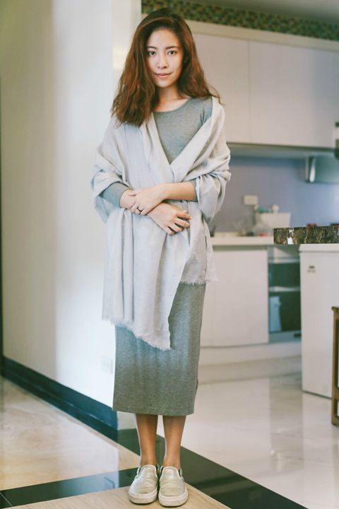 Sleeve, Shoulder, Joint, Floor, Flooring, Style, Kitchen appliance, Cabinetry, Fashion, Street fashion,