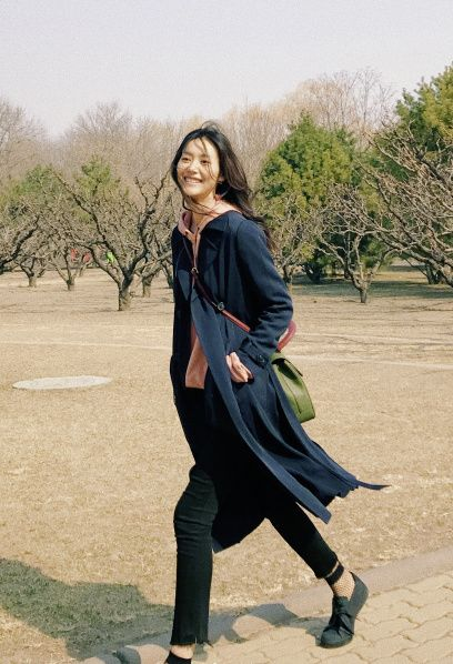 Brown, Sleeve, Shoulder, Textile, Outerwear, High heels, People in nature, Street fashion, Beauty, Blazer,
