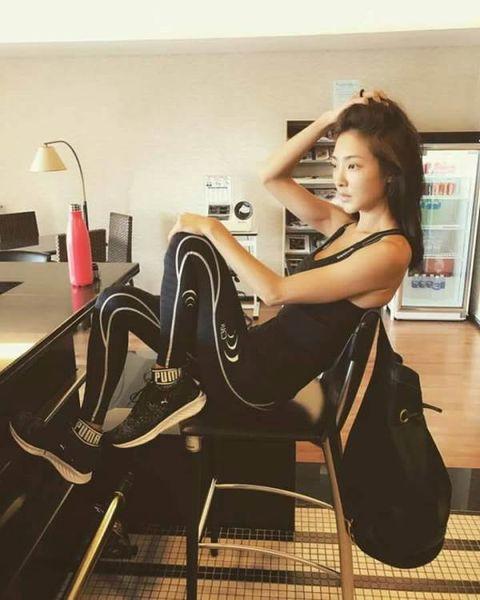 Sitting, Comfort, Knee, Black hair, Long hair, High heels, Foot, Armrest, Model, Office equipment,