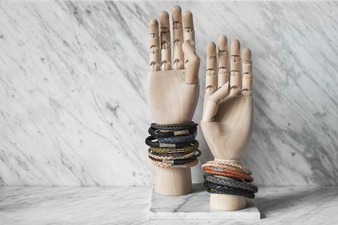Finger, Fashion accessory, Wrist, Gesture, Thumb, Beige, Nail, Body jewelry, Glove, Silver,