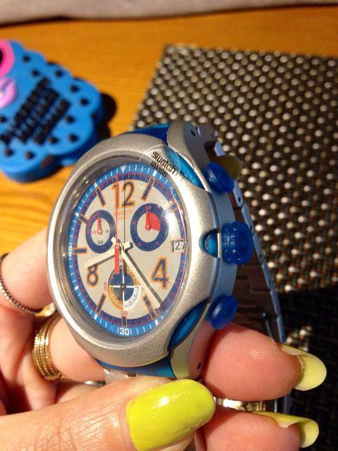Finger, Nail, Thumb, Watch, Wrist, Guitar accessory, Electric blue, Guitar, Circle, Clock,