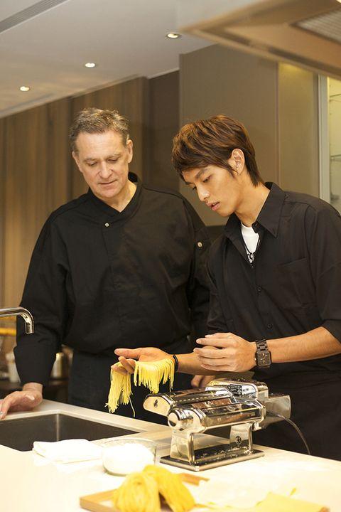 Tableware, Table, Fruit, Barware, Plate, Watch, Job, Cooking, Kitchen utensil, Lemon,