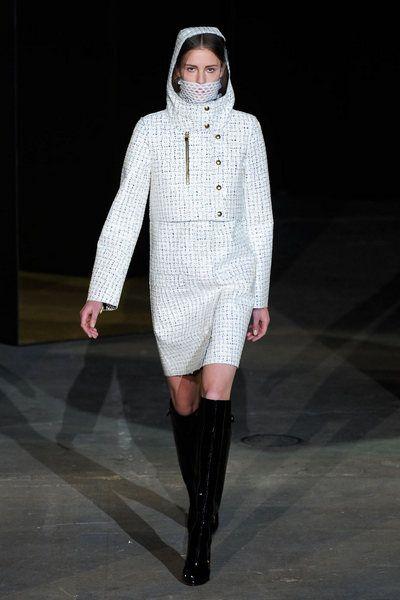 Sleeve, Winter, Fashion show, Textile, Outerwear, Runway, Style, Fashion model, Street fashion, Boot,