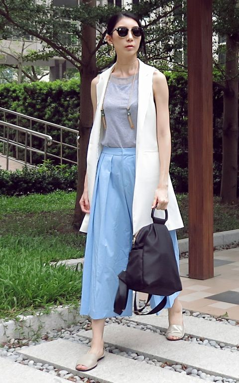 Clothing, Eyewear, Brown, Shoulder, Bag, Textile, Joint, Outerwear, White, Sunglasses,