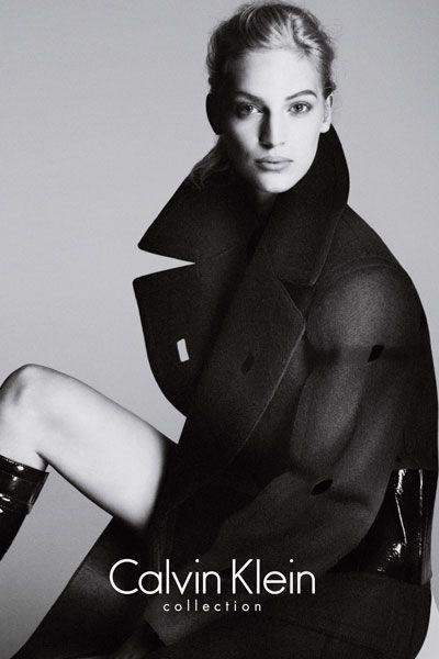 Sleeve, Style, Fashion model, Model, Knee, Monochrome, Monochrome photography, Photo shoot, Black-and-white, Flash photography,