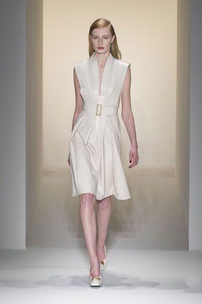 Sleeve, Shoulder, Dress, Human leg, Joint, One-piece garment, Style, Formal wear, Day dress, Fashion model,