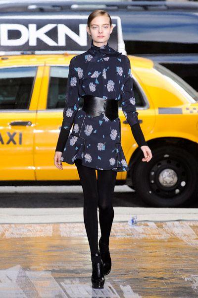 Leg, Yellow, Sleeve, Human body, Outerwear, Style, Street fashion, Boot, Knee, Electric blue,