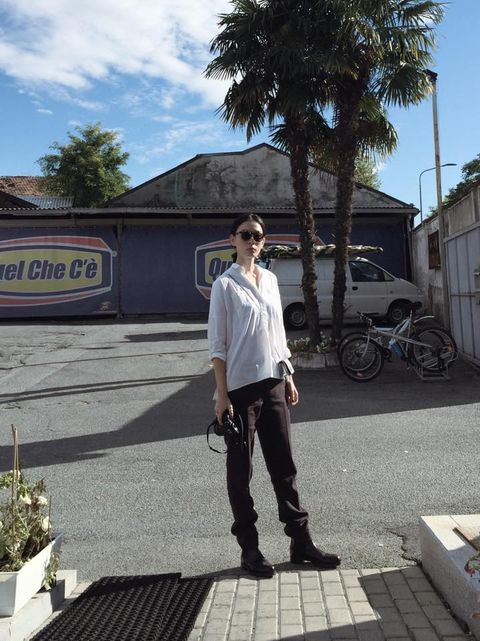Trousers, Bicycle wheel, Shirt, Sunglasses, T-shirt, Street fashion, Street, Arecales, Snapshot, Photography,