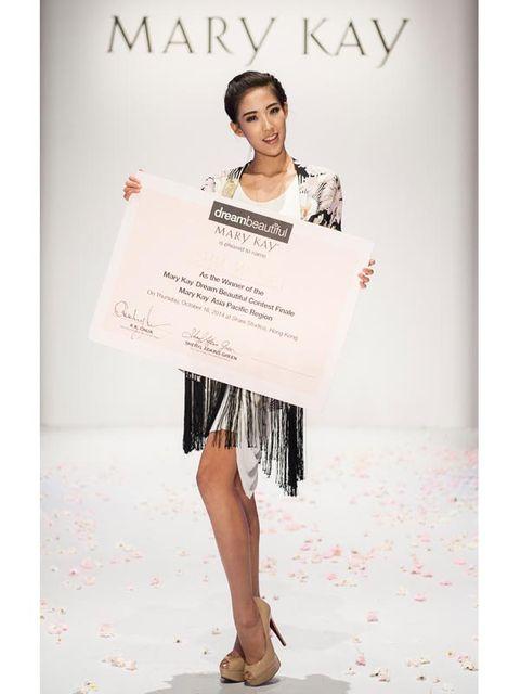 Sleeve, Shoulder, Joint, Style, High heels, Street fashion, Fashion accessory, Fashion, Pattern, Fashion model,