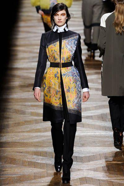 Clothing, Outerwear, Style, Street fashion, Coat, Fashion model, Fashion show, Fashion, Runway, Bag,