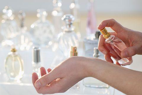 香水、香精、古龍水怎麼分?搭配心情可以噴哪種香調,買香水前該搞懂的知識!