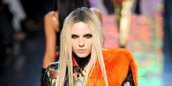 Street fashion, Fashion, Long hair, Fashion model, Blond, Costume, Feathered hair, Necklace, Costume design, Tights,