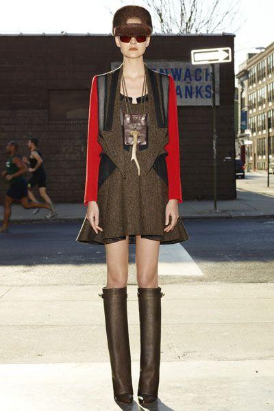 Leg, Brown, Human leg, Joint, Outerwear, Jewellery, Style, Street fashion, Street, Sunglasses,